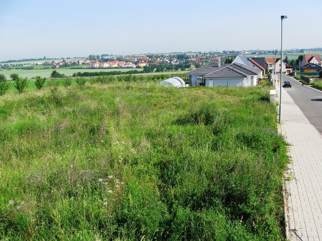 Prodej slunného pozemku ve Zbuzanech k okamžité stavbě RD