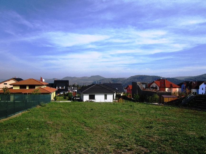 Pozemek 700 m2 Králův Dvůr – Levín pro stavbu RD
