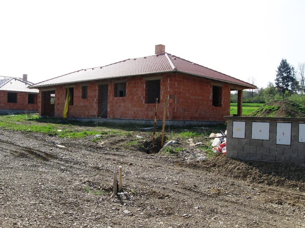Rodinný dům 4+1+G Hostomice, rozestavěný dům k dokončení na klíč, nebo vlastními silami