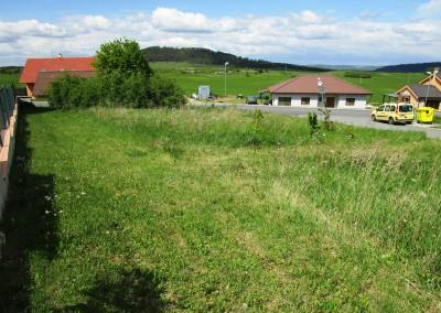 Pozemek 704m2 Tmaň , pro okamžitou stavbu RD s výhledem do okolí
