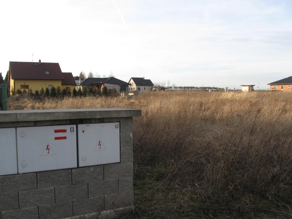Pozemek 1079m2 Neumětely, rovný pozemek ideální pro okamžitou stavbu RD